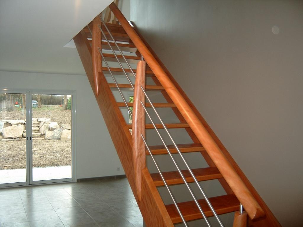Escalier en BOSSE verni. INOX.Potelets cintrés et arrondis.