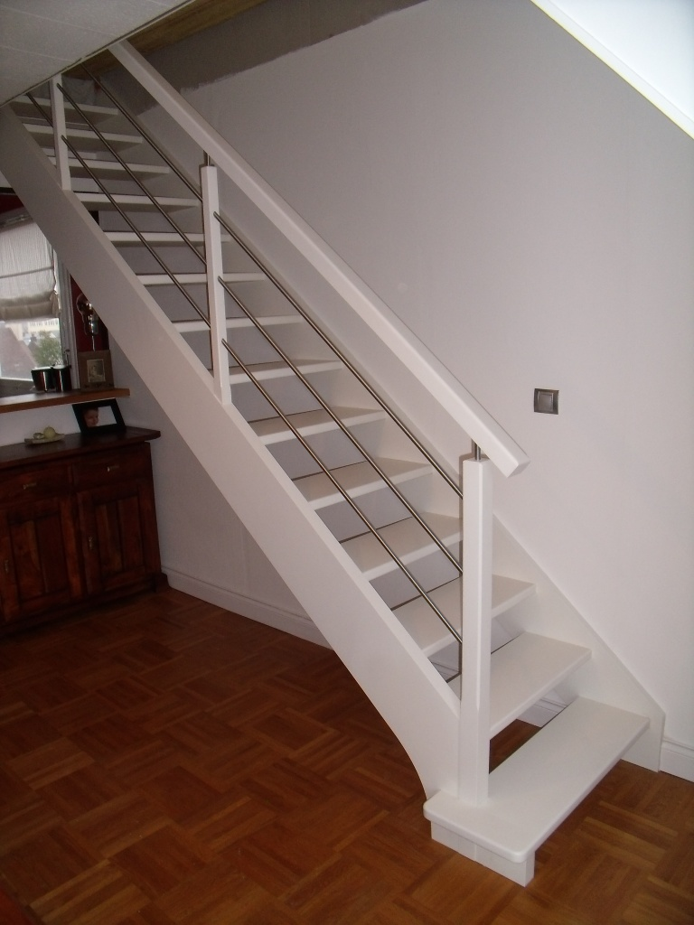 Escalier droit blanc et tubes inox
